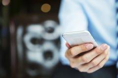 企业技术,商人工作无线在网上与sm 免版税库存图片