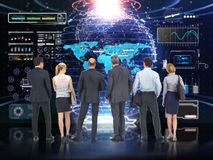 企业技术 全球企业队分析和谈论有未来派技术屏幕背景 库存照片