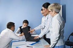 企业指向妇女的膝上型计算机会议 免版税库存图片