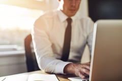 企业接近,研究膝上型计算机的执行委员 库存图片