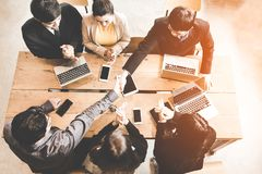 企业握手在会议或交涉上在办公室 伙伴是满意的,因为遇见技术连接和标志 库存照片