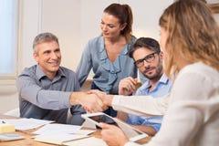 企业握手在会议期间 免版税库存图片
