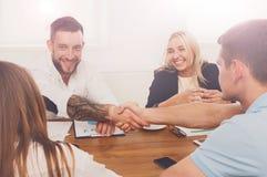 企业握手在办公室会议、合同结论和su上 免版税库存照片