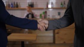企业握手特写镜头在成功的成交以后的 股票录像