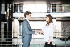 企业握手-握手的两买卖人达成成交或协议 到达天空的企业概念金黄回归键所有权 免版税库存图片