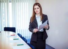 企业教练在会议室 库存照片