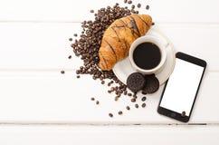 企业早餐、无奶咖啡和巧克力新月形面包 库存图片