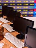 企业显示器个人计算机办公室 股市数字式图表图显示 免版税库存照片