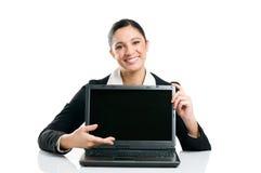 企业显示妇女的膝上型计算机屏幕 免版税图库摄影