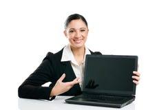 企业显示妇女的膝上型计算机屏幕 免版税库存照片