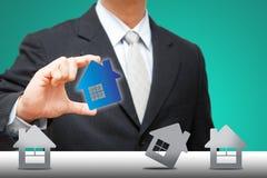 企业暂挂房子微小图标的人 免版税库存照片