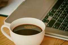 企业有咖啡的工作地点木背景vin的 免版税库存图片