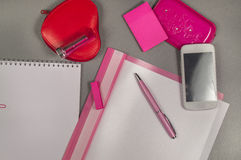企业有桃红色笔的,唇膏,构成袋子,电话工作书桌 库存照片