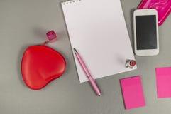 企业有桃红色笔的,唇膏,构成袋子,电话工作书桌 库存图片