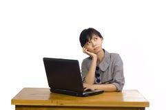 企业服务台使用妇女的膝上型计算机&# 免版税库存照片