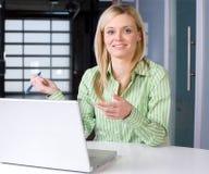 企业服务台她的妇女 库存图片
