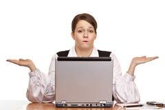 企业服务台膝上型计算机坐妇女工作 库存照片