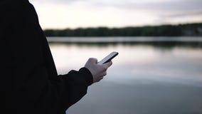 企业样式的人使用智能手机室外背景 股票视频