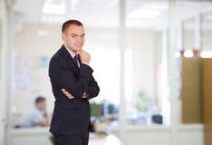 企业样式衣物的一个人在办公室内部 免版税库存图片