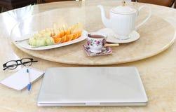 企业概念便携式计算机用新鲜水果 免版税库存照片