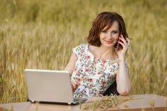 企业概念坐在书桌使用在领域的一台计算机的射击了一个美丽的少妇 免版税库存图片