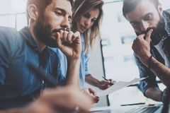 企业概念查出的小组白色 谈论年轻的专家新的事务在现代办公室射出 小组三个人分析 库存图片