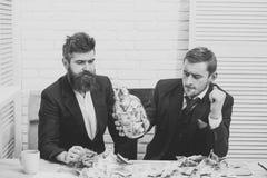 企业概念查出的成功白色 商务伙伴,商人在会议上在办公室 thoughtfull面孔的同事与瓶子有很多  免版税库存照片
