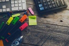 企业概念顶视图  在木桌上的办公室辅助部件 库存图片