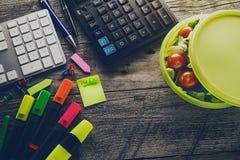 企业概念顶视图  在木桌上的办公室辅助部件 免版税库存图片