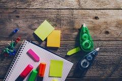 企业概念顶视图  在木桌上的办公室辅助部件 免版税库存照片