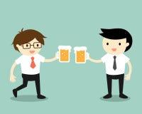 企业概念,一起喝啤酒的商人 库存图片