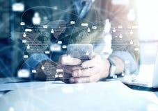 企业概念,与智能手机的商人 全世界连接技术接口,水平的大模型 免版税库存图片