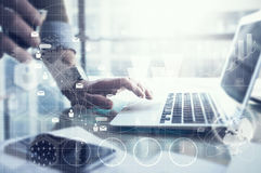 企业概念,商人运转的膝上型计算机 在桌上的普通设计笔记本 全世界连接技术 免版税库存图片