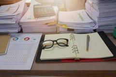 企业概念,堆在办公桌上的未完成的文件 免版税库存图片