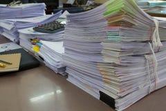 企业概念,堆在办公桌上的未完成的文件 库存照片