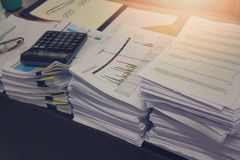 企业概念,堆在办公桌上的未完成的文件 免版税库存照片