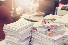 企业概念,堆在办公桌,堆上的未完成的文件工商业票据 库存照片