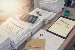 企业概念,堆在办公桌,堆上的未完成的文件工商业票据 免版税库存照片