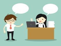 企业概念,工作在她的书桌上的女商人,当谈话与商人时 免版税库存图片