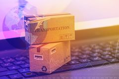 企业概念:盒的纸板箱在noteb的物品 免版税库存图片