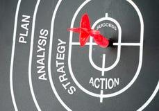 企业概念:击中成功目标的飞行的步 免版税库存图片