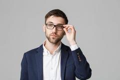 企业概念-一个英俊的商人的画象在衣服的与玻璃严肃认为与紧张表情 Isol 免版税图库摄影