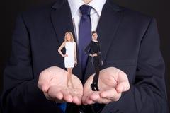 企业概念-供以人员拿着两名妇女在他的手上 库存照片