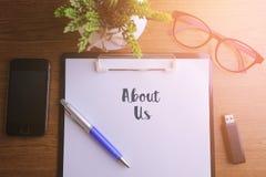 企业概念-写关于我们的顶视图笔记本 库存图片