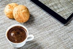 企业概念-咖啡和片剂 免版税库存照片