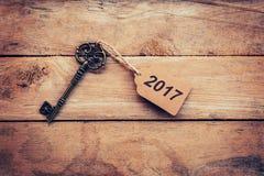 企业概念-在木头的老关键葡萄酒与标记2017年 免版税图库摄影