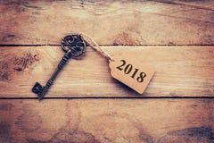 企业概念-在木头的老关键葡萄酒与标记2018年 免版税库存照片