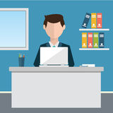 企业概念-坐在桌上和研究计算机的妇女在办公室 传染媒介例证,平的样式 免版税库存图片
