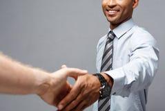 企业概念-握手的两个确信的商人特写镜头在会议期间 免版税库存图片