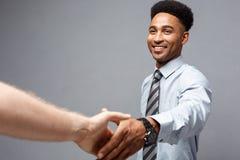 企业概念-握手的两个确信的商人特写镜头在会议期间 图库摄影